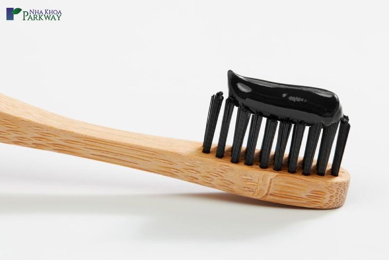 cách tẩy trắng răng bằng bột than hoạt tính